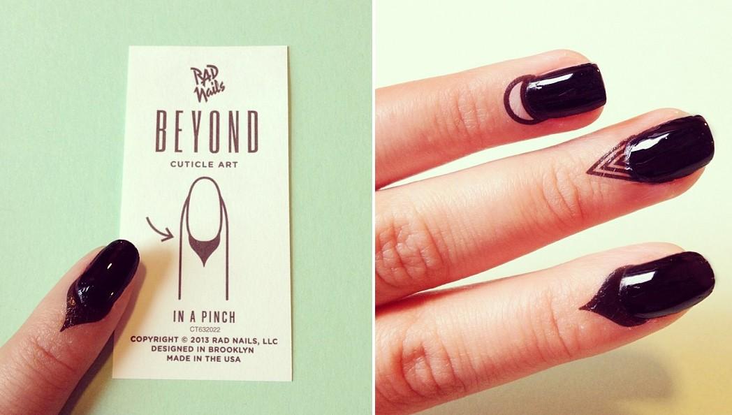 O produto vem em formato de adesivo e, para aplicá-lo, basta umedecer com água (Foto: Reprodução/Instagram)