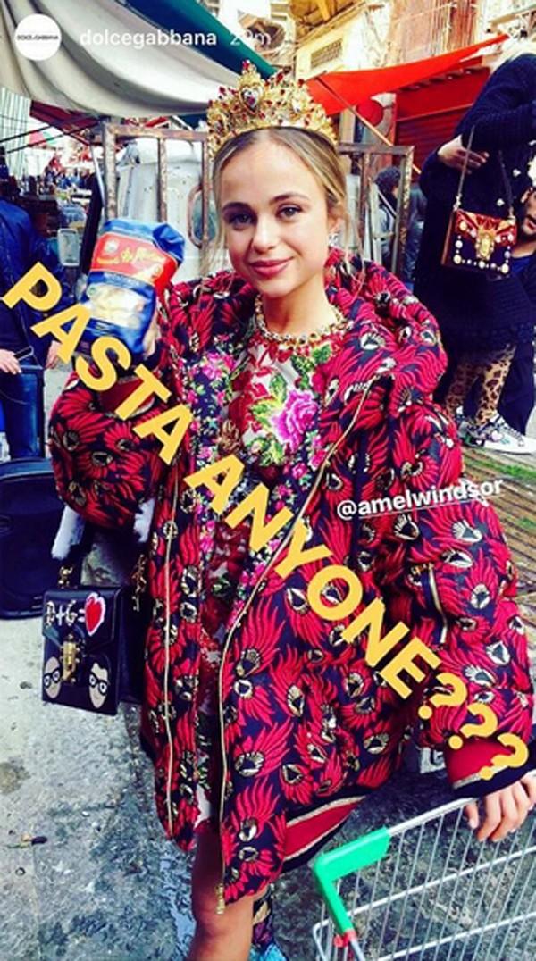 Amelia Windsor participa de evento da Dolce e Gabbana (Foto: Reprodução / Instagram)