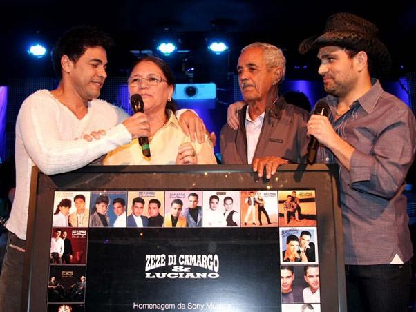 Zezé Di Camargo e Luciano com os pais, Helena e Francisco (Foto: Arquivo - Orlando Oliveira/Agnews)