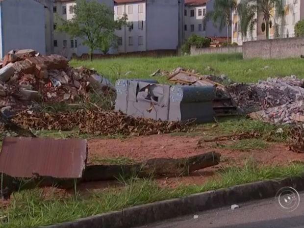 Sofá encontrado em uma rua de Sorocaba. Moradores reclamam da sujeira (Foto: Reprodução/TV TEM)