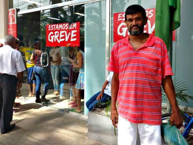 O agricultor Manoel Figueiredo saiu de Epitaciolândia para a capital Rio Branco em busca de atendimento bancário (Foto: Caio Fulgêncio/G1)