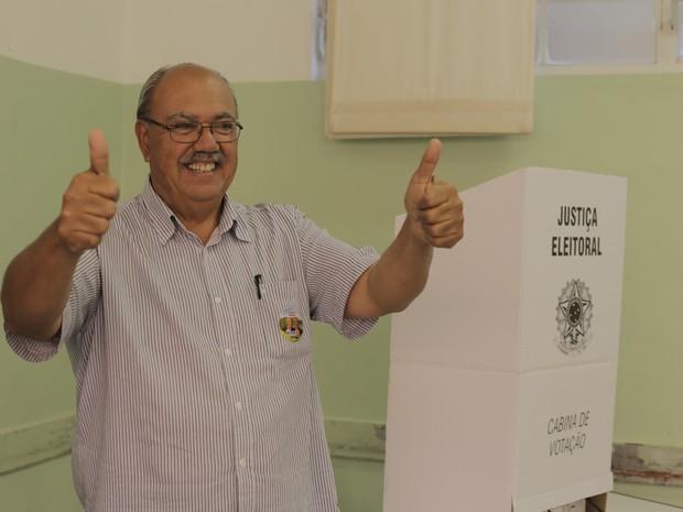 Candidato Waldemar Lemes, Ademarzinho (PMDB) vota em Poços de Caldas (MG). (Foto: Karina Sales)