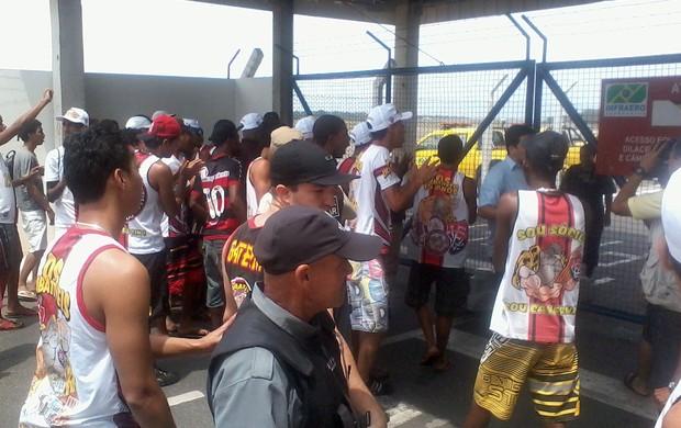 torcedores do vitória causam confusão no aeroporto (Foto: Eric Luis Carvalho/Globoesporte.com)