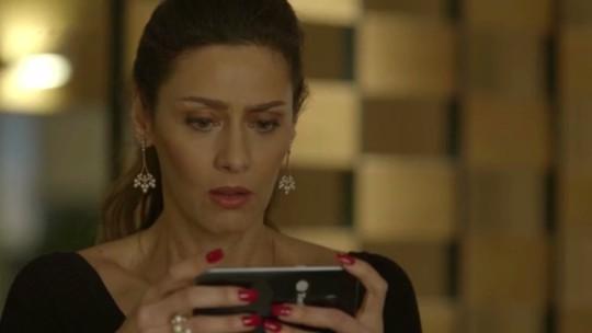 Ivana conta para Joyce quem é amante de Eugênio