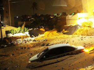 Foto feita na madrugada desta segunda-feira (23) mostra que táxi foi um dos carros que ficaram parcialmente soterrados após novo deslizamento em Mãe Luiza (Foto: Wallace Araújo/G1)
