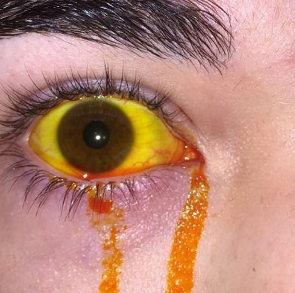 Globo ocular pintado, com direito a lágrima colorida