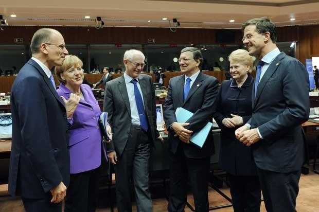Prmeiê italiano Enrico Letta, chanceler alemã Angela Merkel, presidente do Conselho Europeu Herman Van Rompuy, presidente da Comissão Europeia José Manuel Barroso, presidente da Lituânia Dalia Grybauskaite eo primeiro-ministro holandês Mark Rutte nesta sexta-feira (25) em Bruxelas (Foto: John Thys/ AFP)