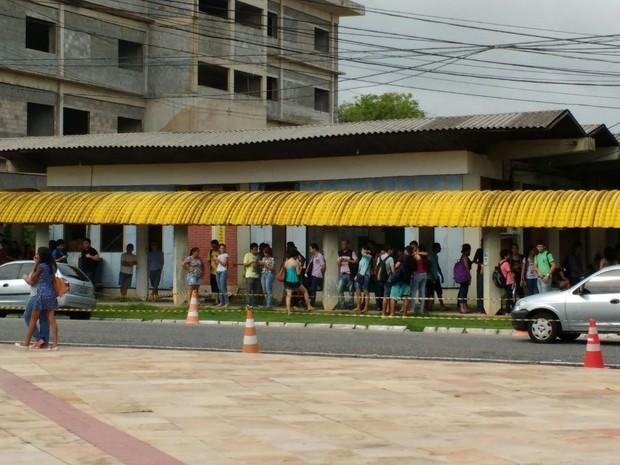 Candidatos aguardam listão da UFPA, em Belém (Foto: Thais Rezende/G1)