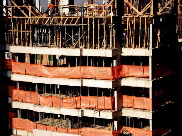 """""""Nunca fui fabricado de pé"""": instalação reúne vídeo e fragmentos de um prédio inacabado de São Paulo.acabado.  (Foto: Divulgação/ Lucimar Bello)"""