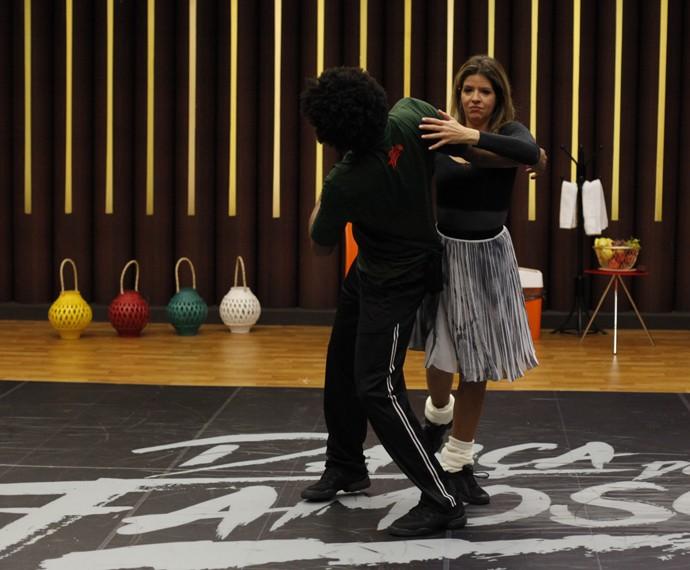 Mariana Santos dança com professor (Foto: Artur Meninea/Gshow)
