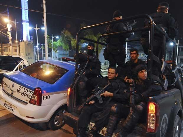 Policiais do Batalhão de Operações Especiais (Bope), do Choque e do 16º BPM (Olaria) reforçam a segurança na região. (Foto: Antonio Scorza / AFP Photo)