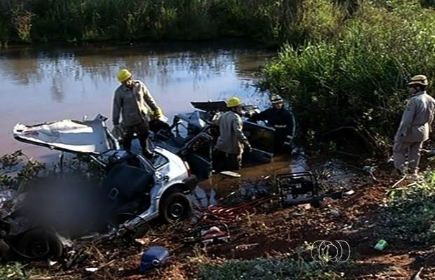 Sete pessoas morrem em acidente na BR-452, em Rio Verde (Foto: Reprodução/TV Anhanguera)
