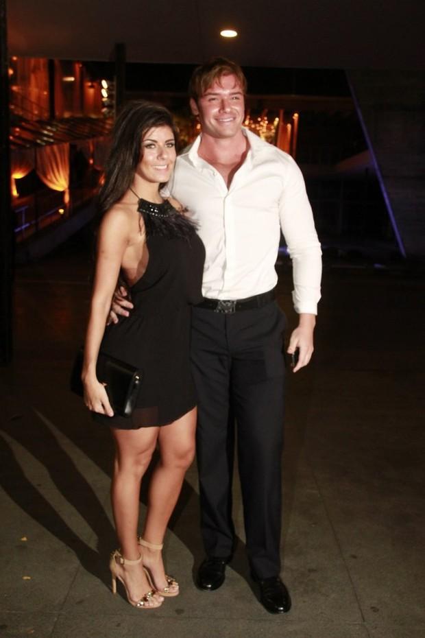 Casamento Maiz Oliveira - Thor Batista e namorada (Foto: Isac Luz/ EGO)