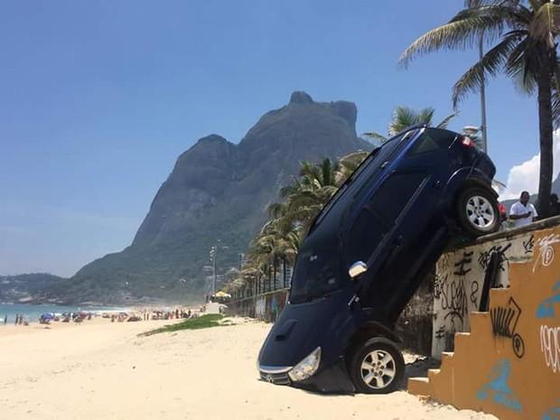 Carro do filho de Marcelo Novaes cai nas areias da praia de são Conrado (Foto: Marcelo Farias / Salvemos São Conrado e Leandro Fedechen / Facebook Parceiros do Vidiga )