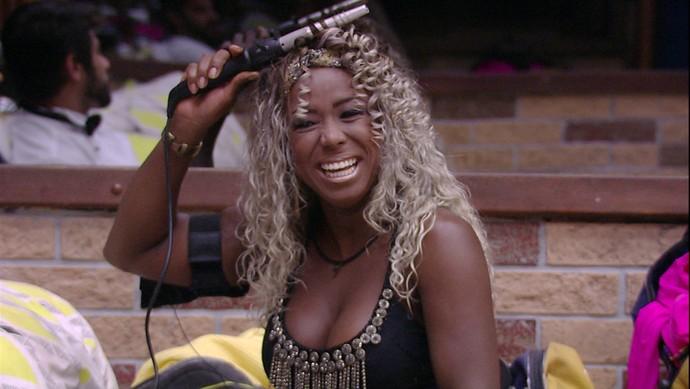 Sempre cuidadosa com as madeixas, Adélia colocou um vestido preto e mostoru o decote (Foto: TV Globo)