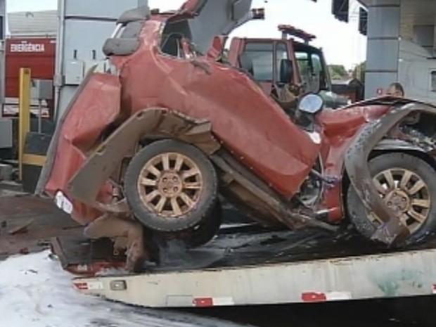 Carro ficou destruído após ser prensado por dois caminhões (Foto: Reprodução / TV TEM)
