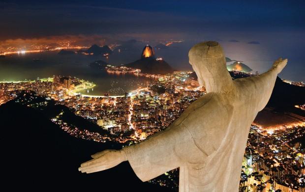 CHEGA DE SAUDADE Vista noturna do Rio de Janeiro a partir do Morro do Corcovado. A cidade renasce com investimentos públicos e privados (Foto: Ricardo Zerrenner)