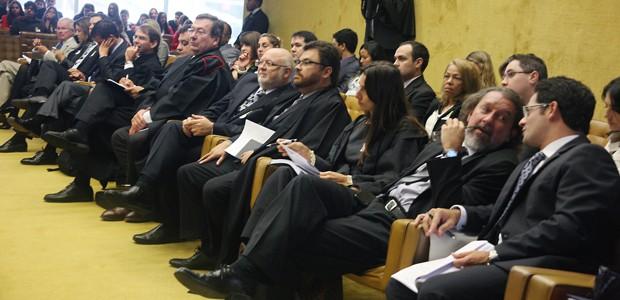Advogados de réus do mensalão no plenário do Supremo durante sessão de julgamento de recursos (Foto: Gervásio Baptista/SCO/STF)