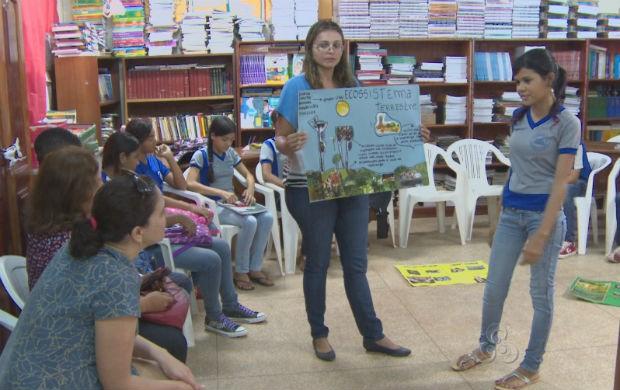Alunos apresentando trabalhos sobre floresta (Foto: Reprodução/TV Amapá)