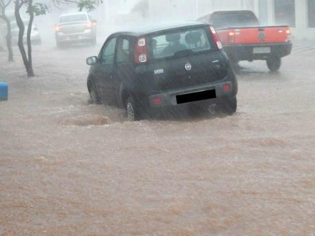 Em Buri, ruas alagadas atrapalharam trânsito (Foto: Arquivo Pessoal/ Michel Lopes)