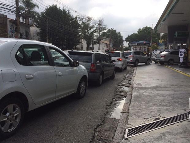 Fila de carros na porta do posto de gasolina em São Paulo (Foto: Isabela Leite/G1)