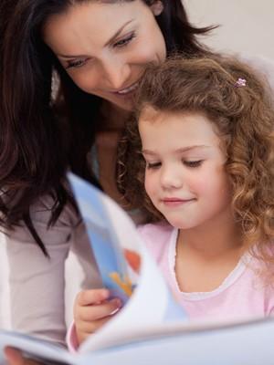 Mãe lendo para a filha (Foto: Shutterstock)
