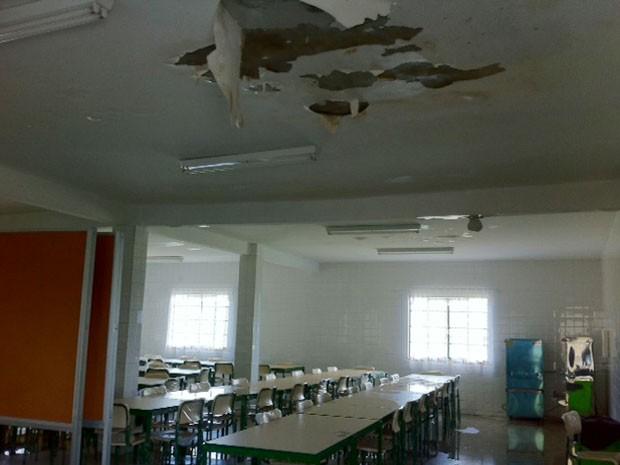 Rebaixamento de uma das salas também caiu (Foto: Alba Valéria Mendonça / G1)