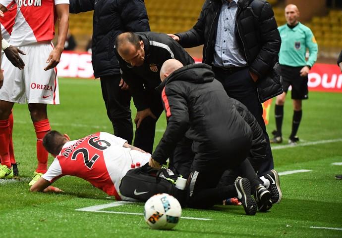 Boschilia caído no chão. Jogador gritou muito assim que sofreu a entrada de Rivierez (Foto: AFP)