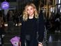 Look do dia: Chloë Moretz aposta em calça de couro com tênis para viajar