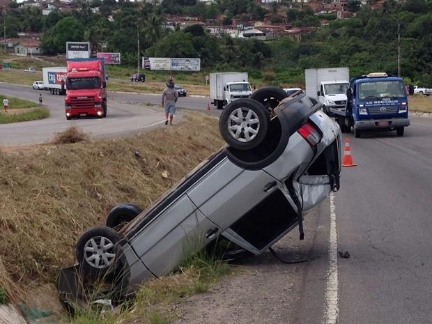 Carro capotou no entrocamento próximo ao município de Santa Rita (Foto: Walter Paparazzo/G1)