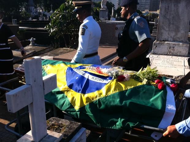 O caixão com o corpo de Niemeyer chegou ao cemitério São João Batista no fim da tarde desta sexta-feira (7) (Foto: Marcelo Ahmed/ G1)