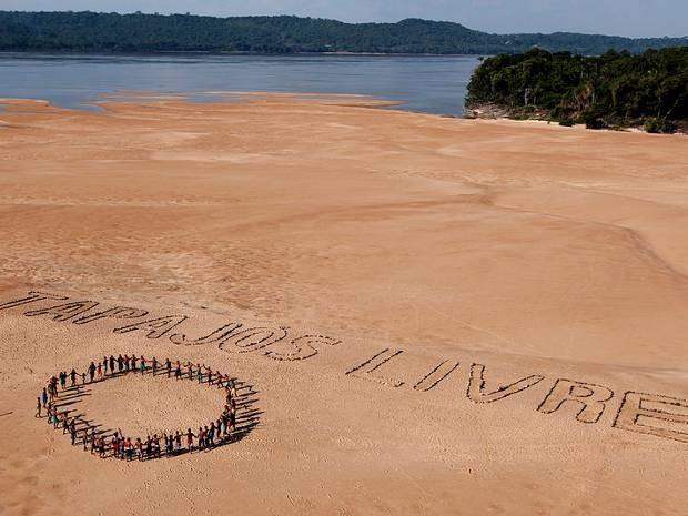 Com mensagem gigante, Greenpeace e índios Munduruku protestam contra a construção do Complexo Hidrelétrico do Tapajós, no oeste do Pará (Foto: Marizilda Cruppe/Greenpeace)