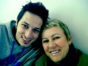 Rodrigo, do Strike, com a mãe, Alvina, que também tem fã-clube no Twitter (Foto: Divulgação)