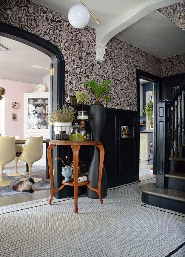 Móveis vintage, itens garimpados e paredes escuras se unem em harmonia em lar canadense (Foto: divulgação)