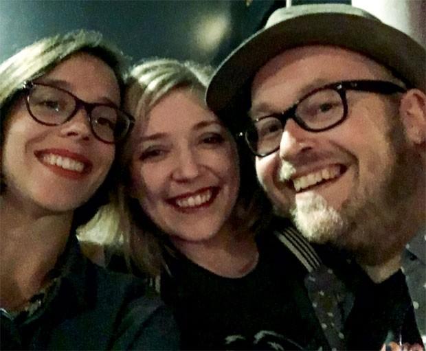 Com os amigos, momentos antes do ataque a casa de shows Bataclan (Foto: Arquivo pessoal)