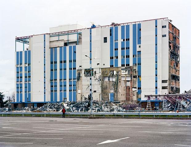 AFTER THE FAILED IMPLOSION OF THE KODAK-PATHÉ BUILDING GL, CHALON-SUR-SAÔNE, FRANCE DECEMBER 10, 2007 (Foto: Robert Burley/Divulgação)