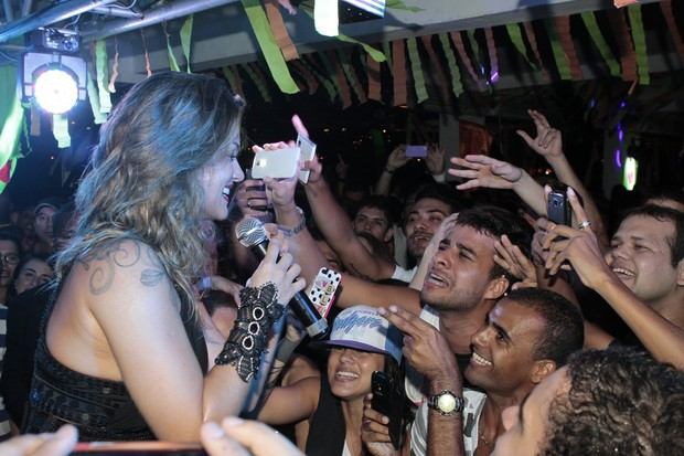 Kelly Key faz alegria de fãs em show (Foto: Isac Luz/EGO)