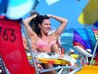 Letícia Birkheuer curte dia de praia com biquíni cor-de-rosa