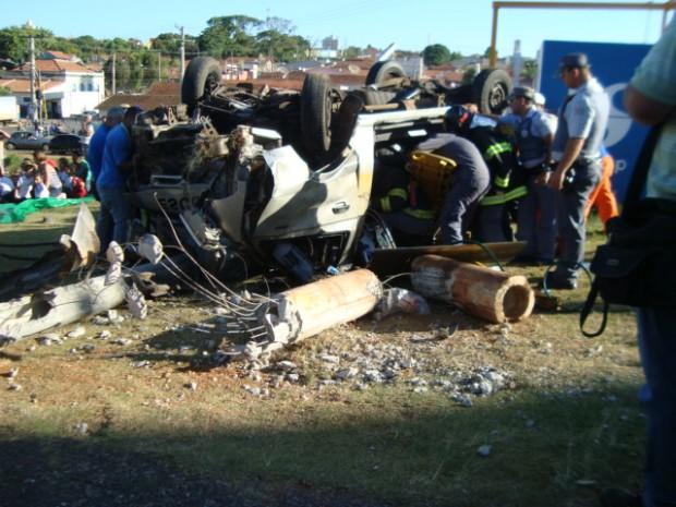 Van escolar ficou destruída após o acidente (Foto: Jéssica Pimentel / G1)