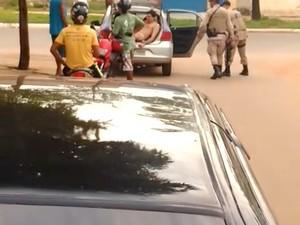Homem nu é detido por policiais (Foto: Reprodução)