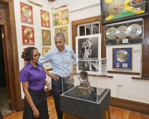 O presidente dos Estados Unidos, Barack Obama, durante visita ao Museu Bob Marley em Kingston, na Jamaica, nesta quarta-feira (8) (Foto: Pablo Martinez Monsivais/AP)