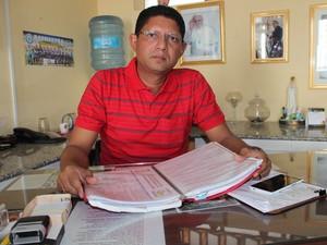 Padre Carlos Alberto iniciou uma pesquisa bibliográfica sobre  Simplício Dias (Foto: Gilcilente Araújo/G1)