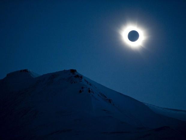 Fenômeno é visto em Longyearbyen, na Noruega, nesta sexta-feira (20). Eclipse total do Sol foi visto em várias partes do Hemisfério Norte (Foto: Jon Olav Nesvold/NTB scanpix/Reuters)