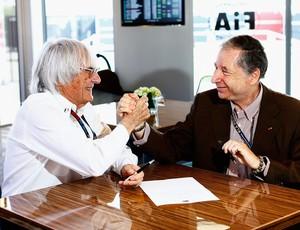 Com aperto de mão, Bernie Ecclestone e Jean Todt selam acordo para implementação de novo Pacto da Concórdia (Foto: Getty Images)