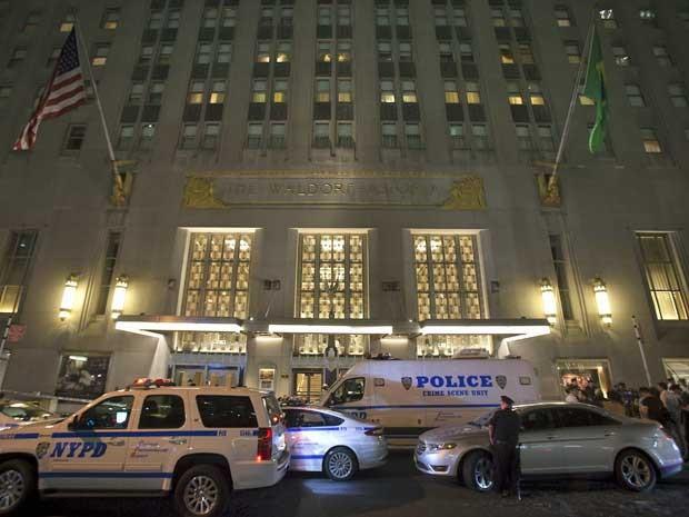 Cinco se feriram após um homem disparar durante festa de casamento no luxuoso hotel Waldorf Astoria, em Nova York (Foto: Carlo Allegri / Reuters)