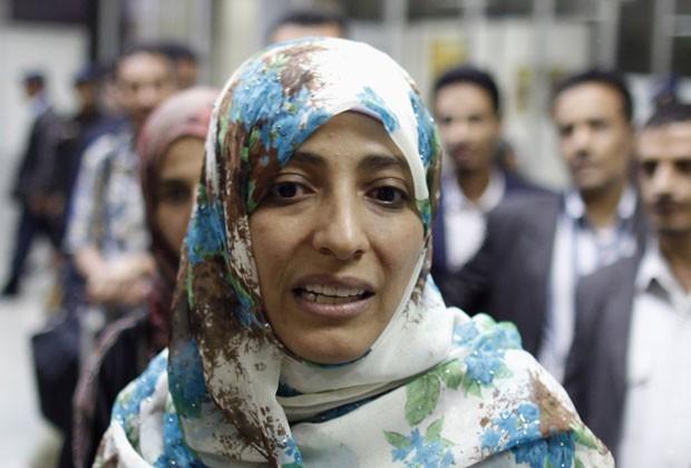 Tawakul Karman em foto de 4 de agosto ao ser barrada de entrar no Egito (Foto: Khaled Abdullah/Reuters)