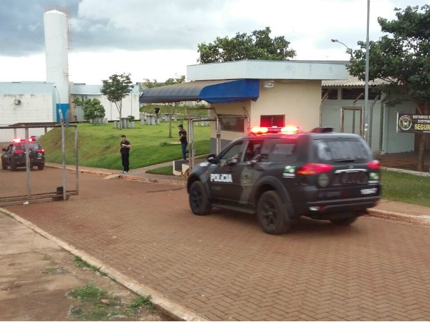 Policiais chegam à Casa de Custódia de Maringá para controlar a rebelião (Foto: Bruno Fávaro/RPC Maringá)
