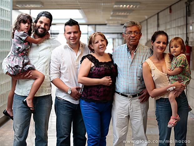 Gil Hernandez leva a família para conhecer o set de gravação de Malhação (Foto: Pedro Curi / TV Globo)