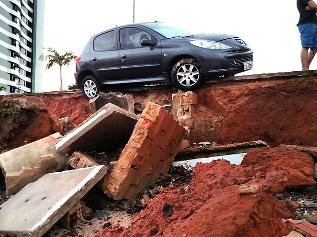 Automóvel fica à beira de precipício provocado pela maré em São Luís (MA) (Foto: Douglas Pinto / TV Mirante)