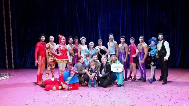 Marcos, da dupla com Belutti, posa com integrantes do Circo dos Sonhos (Foto: Delson Silva/Ag.News)